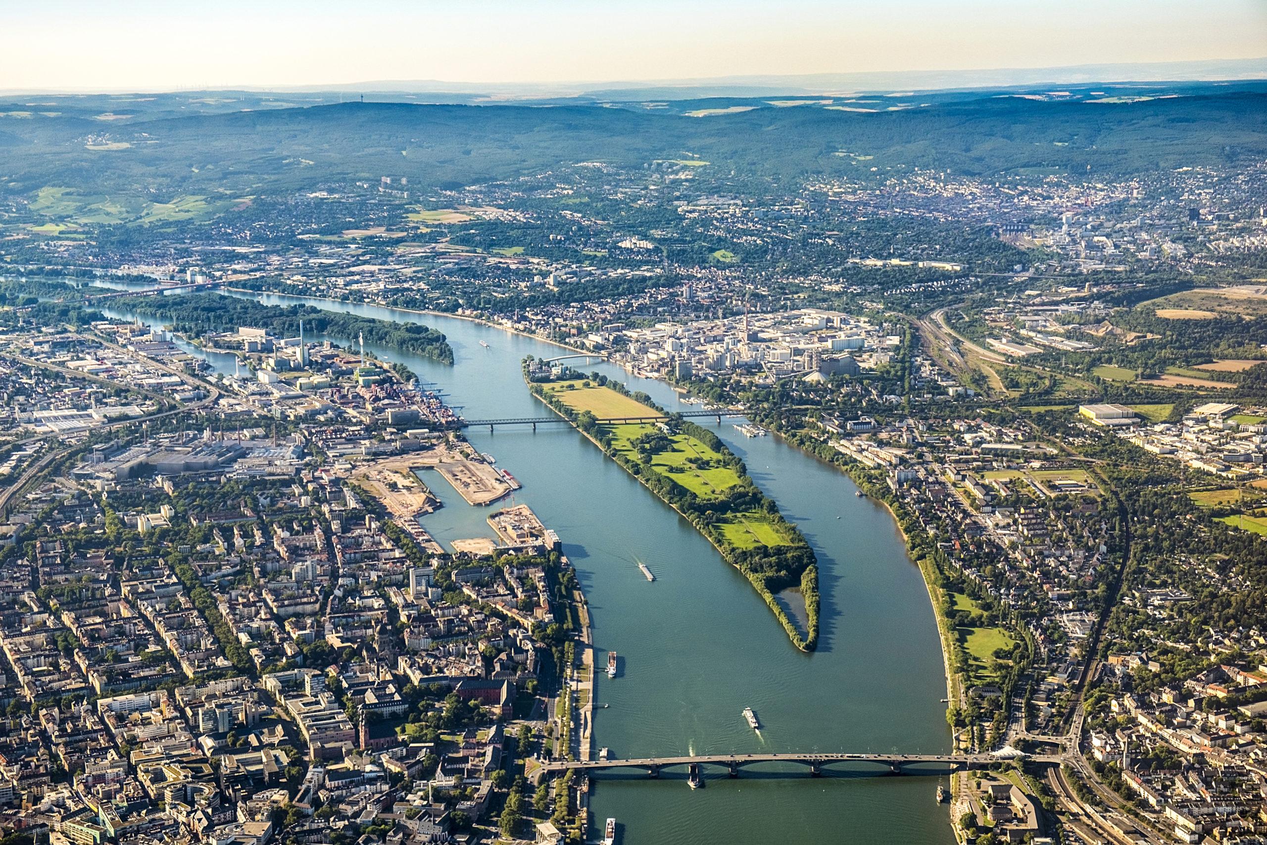 Die Heuss-Brücke am Rhein in Mainz aus Vogelperspektive