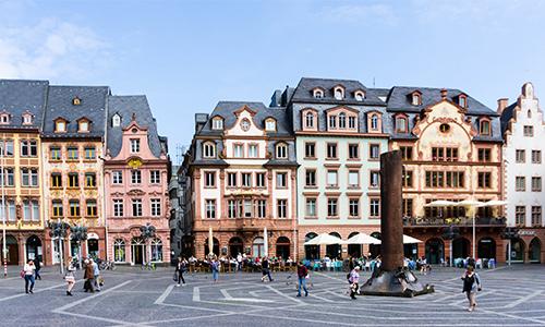 Schönes Stadtbild von dem Marktplatz in der Altstadt in Mainz