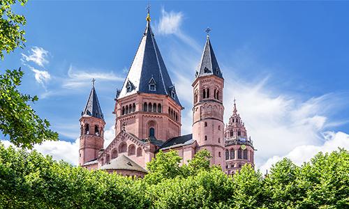 Der Hohe Dom St. Martin zu Mainz an einem schönen Frühlingstag